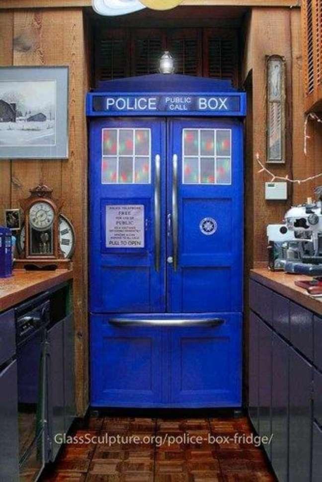 18. Mais um exemplo de geladeira adesivada com tema policial. Fonte: Apê em Decoração