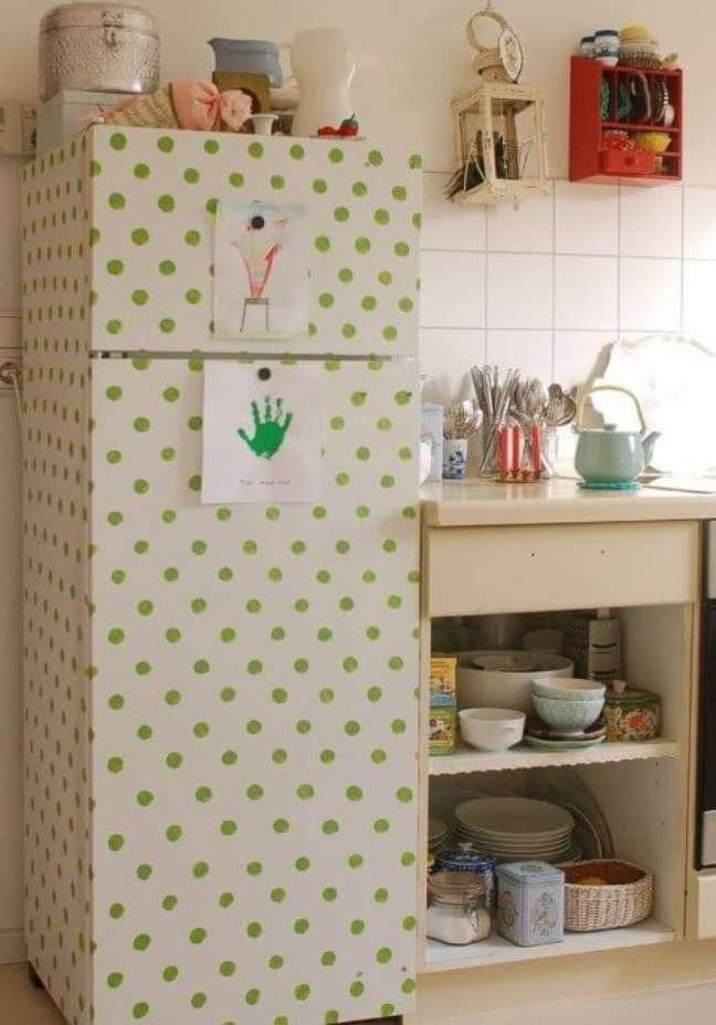 12. Geladeira adesivada com estampa de bolinhas verdes. Fonte: Ideia Brasil