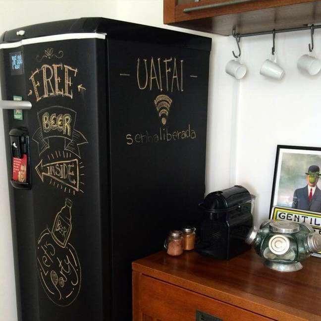 78. Adesivo estilo tinta lousa decora a geladeira. Fonte: Moara Gomes