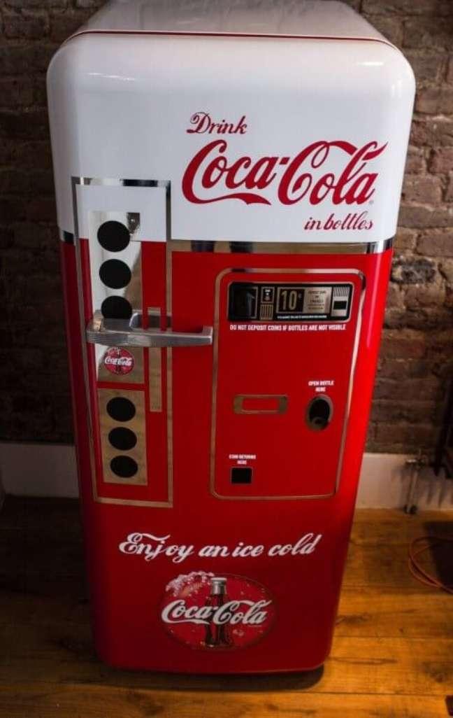 28. Geladeira com estampa de vending machine antiga da Coca-Cola. Fonte: Decorando Minha Casa