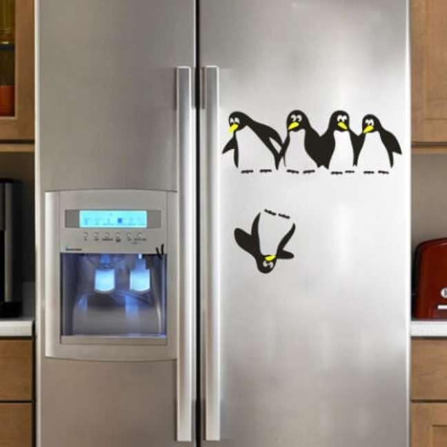 55. Adesivo de pinguins em geladeira adesivada inox. Fonte: Amazon