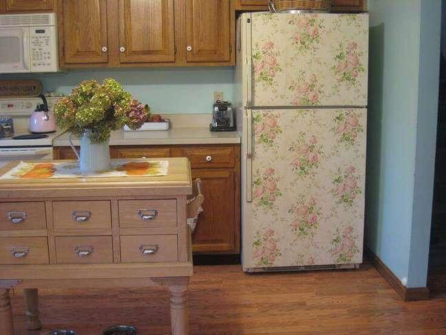 22. Geladeira floral em cozinha com aparência bem tradicional. Fonte: The Ofy