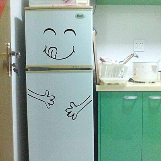 10. Mesmo em cozinhas coloridas é possível usar geladeiras adesivadas. Fonte: Amazon
