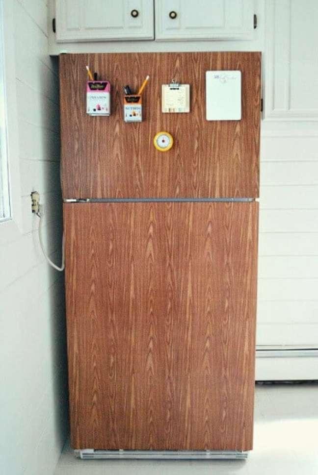 26. Geladeira com estampa de madeira. Fonte: Kitchen Decorium