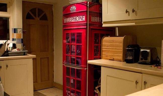 25. Geladeira adesivada com estampa de cabine telefônica. Fonte: Espaço y Engenharia