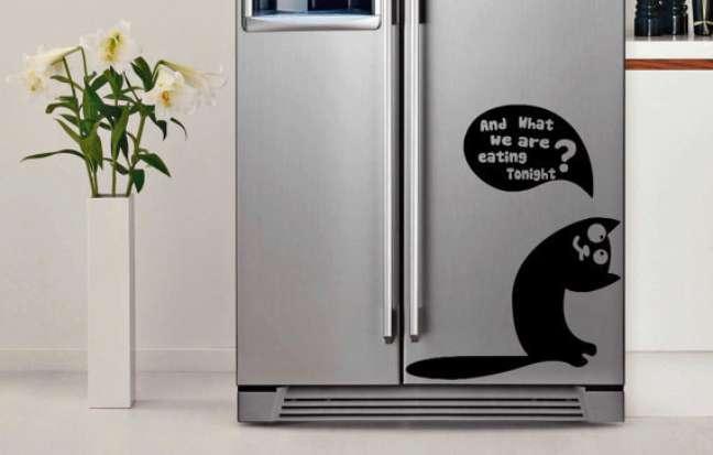 8. Geladeira adesivada inox com desenho de gato. Fonte: AliExpress