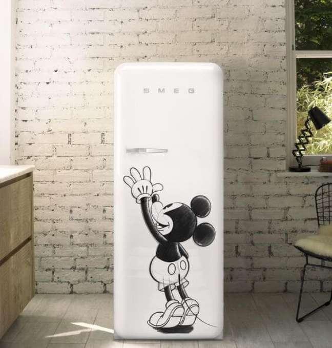 68. Geladeira adesivada com a imagem do Mickey. Fonte: Smeg