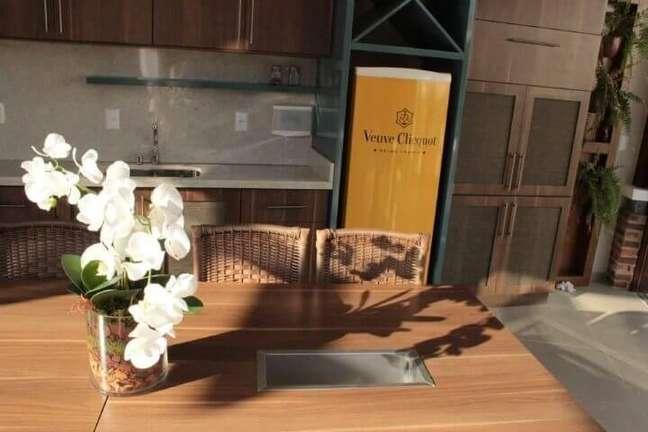 14. Varanda gourmet com geladeira adesivada com marca de champagne. Projeto de Graziela Von Muhlen