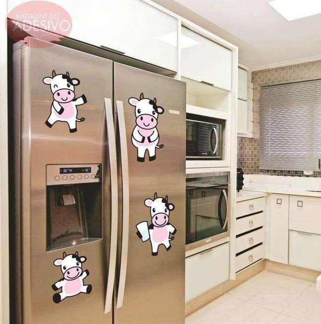 81. Adesivos fofos de vaquinhas decoram a geladeira da cozinha. Fonte: Magazine do Adesivo