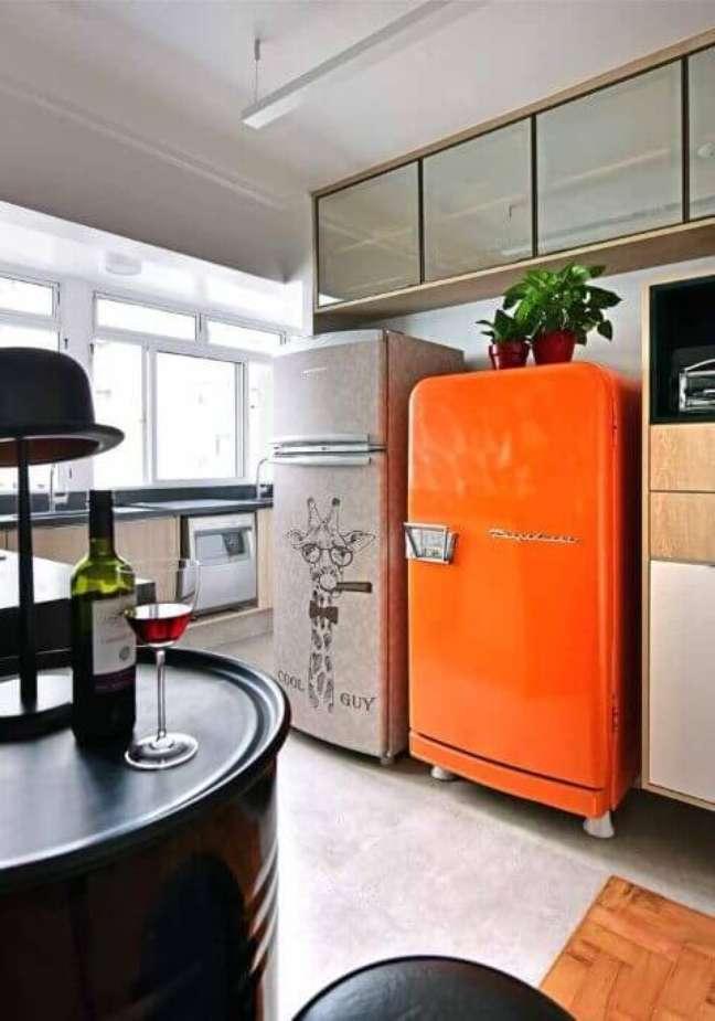 2. Cozinha compacta com dois modelos de geladeira adesivada. Projeto de Ana Yoshida