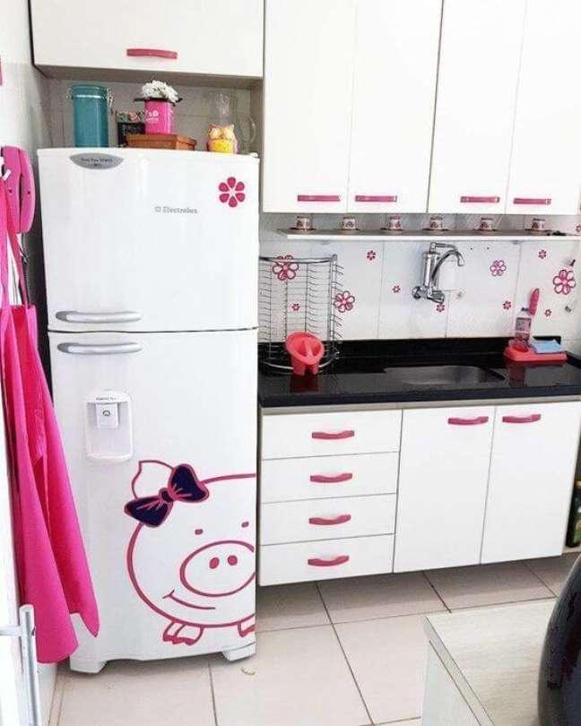 80. Adesivos com detalhes em rosa decoram a geladeira da cozinha. Fonte: MdeMulher