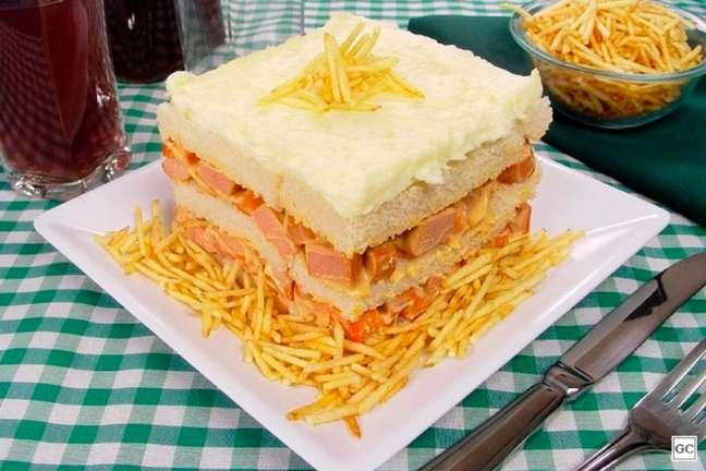 Guia da Cozinha - Bolo salgado com patê de salsicha para servir de lanche