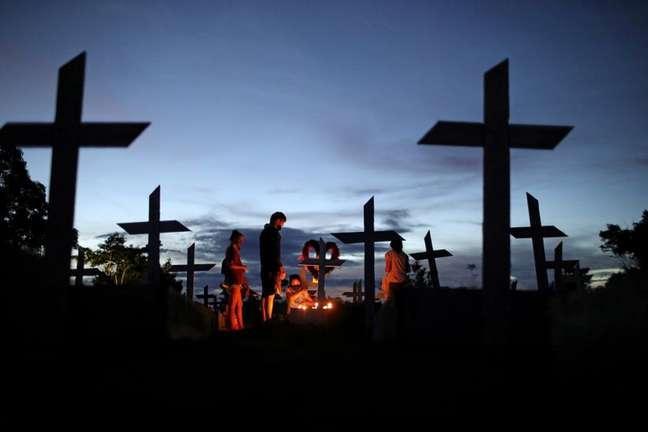 Pessoas acompanham e enterro de parente vítima da Covid-19, em Manaus. 8/5/2021. REUTERS/Bruno Kelly