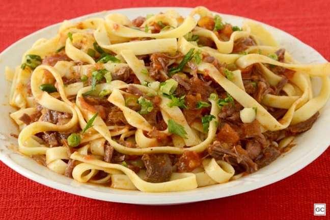 Guia da Cozinha - Macarrão talharim com carne para um jantar delicioso