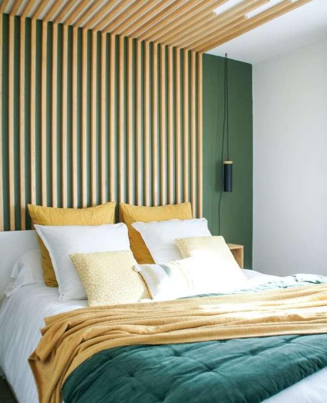 26. Quarto criativo e verde com cabeceira de ripa de madeira – Foto Shake My blog