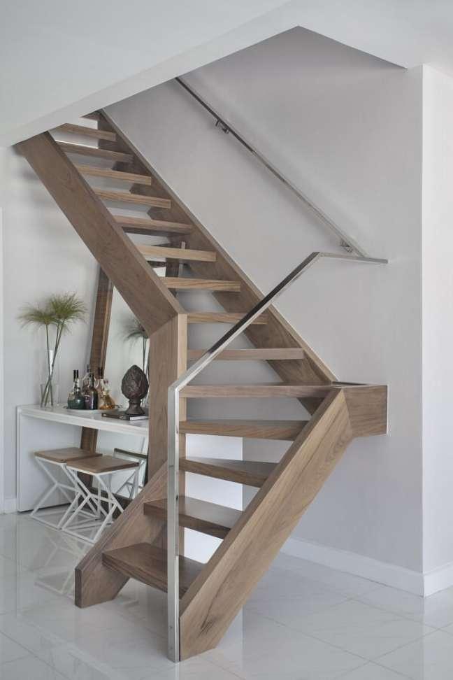 75. Escada de madeira e corrimão metálico. Fonte: Mariana Martini