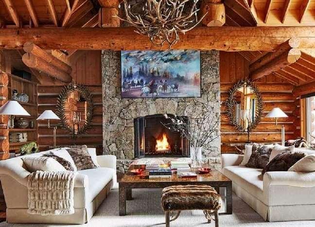 47. Revestimento de pedra para lareira de sala rústica decorada com sofá bege – Foto: Decor Fácil