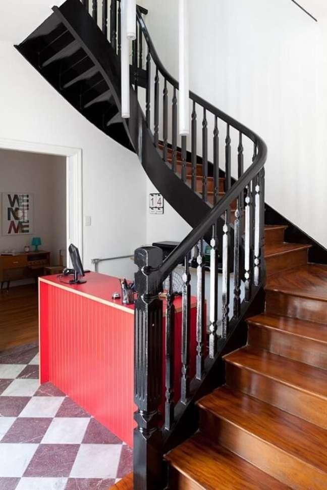 70. Escada com corrimão de madeira em tom preto. Fonte: Felipe Hess