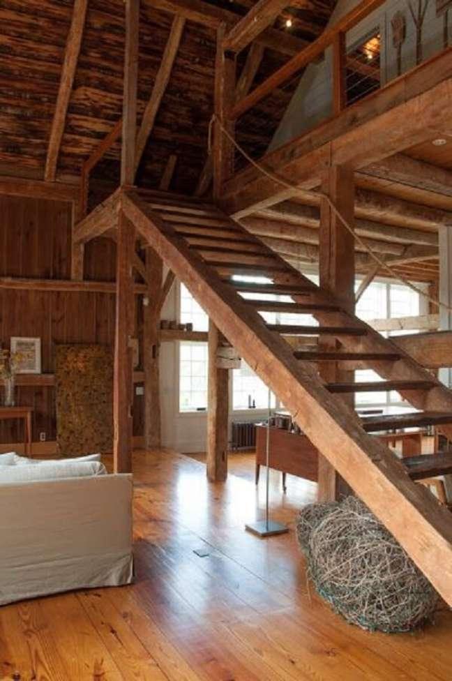 65. Casa de campo com escada de madeira. Fonte: Facilisimo