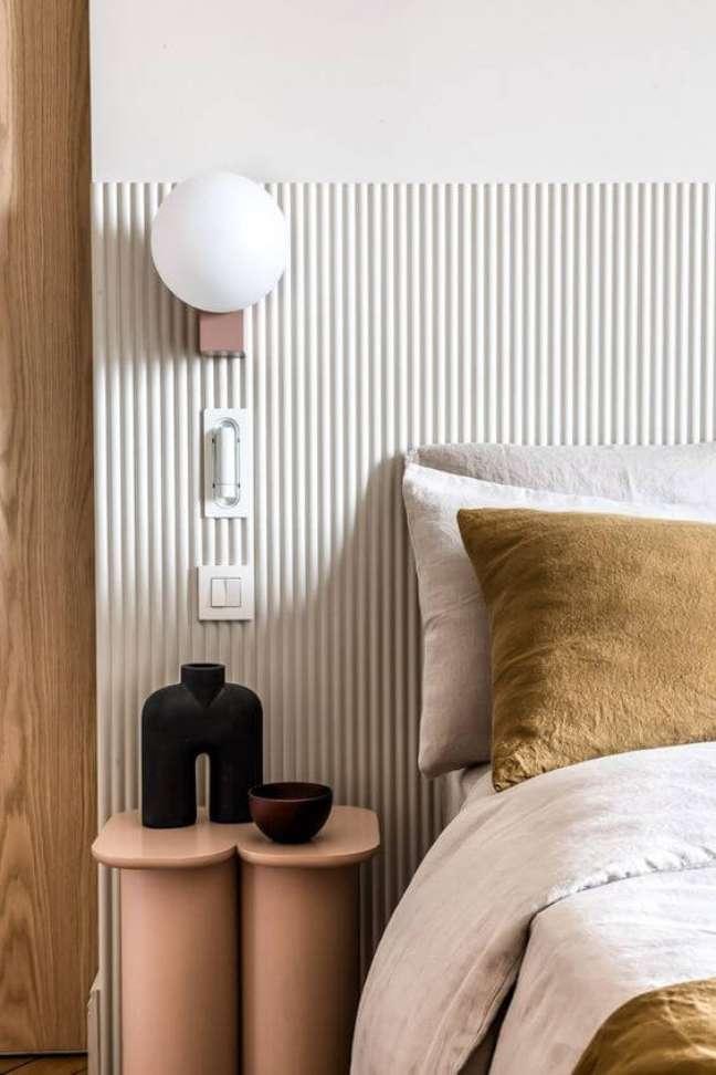 49. Cabeceira ripada branca para quarto moderno – Foto Caroline Andreoni