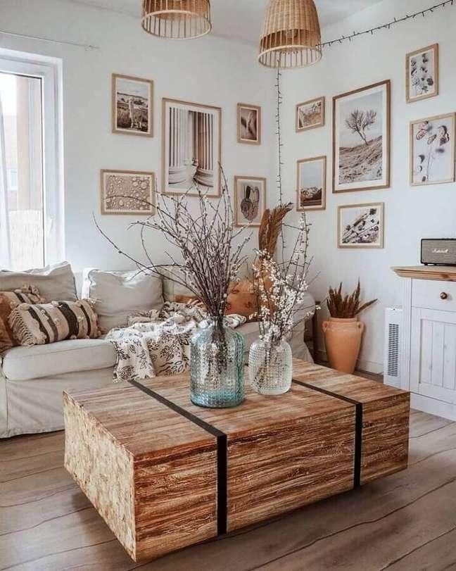 43. Quadros e vasos de vidro para decoração de sala rústica branca – Foto: Oliwia