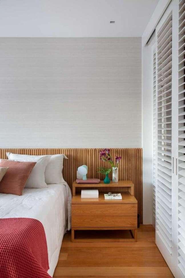 13. Cabeceira ripada para quarto de casal com mesa de cabeceira de madeira – Foto MCA Estúdio