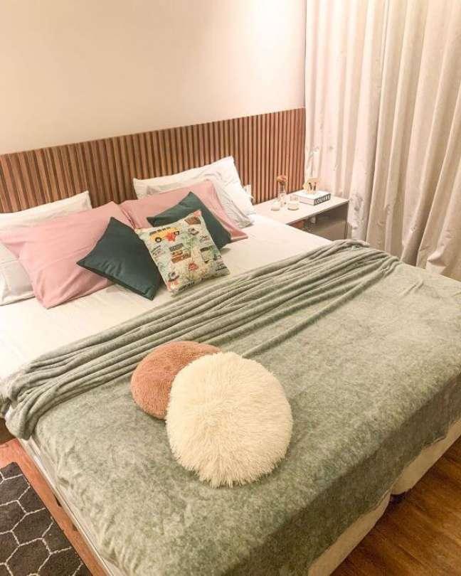 12. Cabeceira ripada pra quarto de casal moderno – Foto Mayara Magalhaes