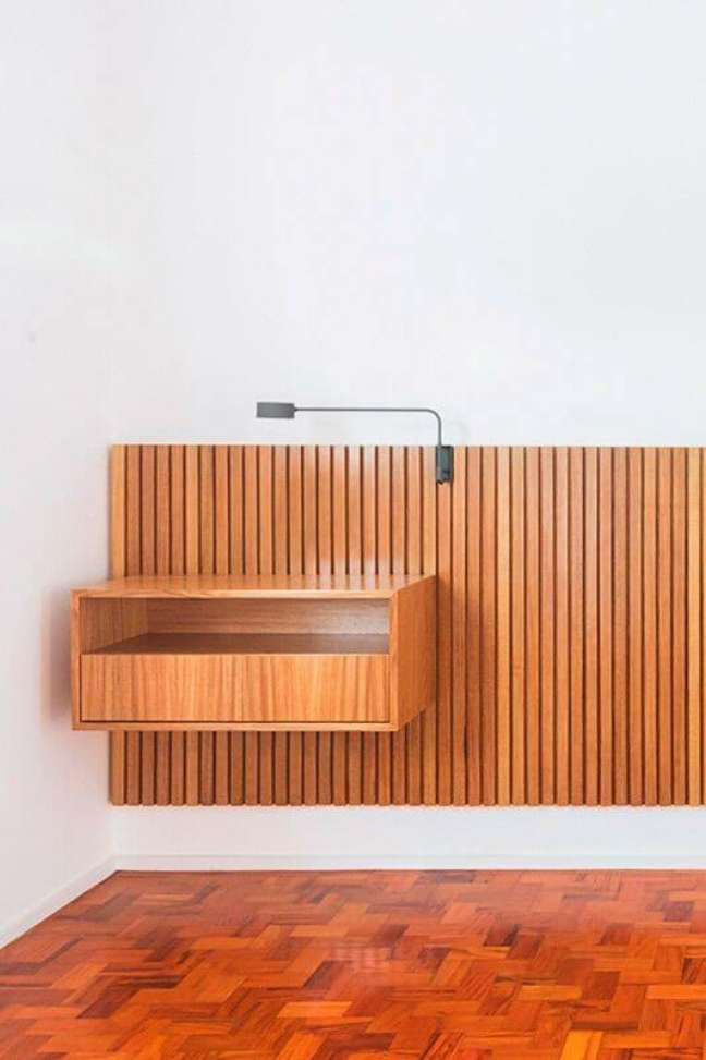 48. Cabeceira ripada com mesa ao lado e abajur – Foto Iná Arquitetura