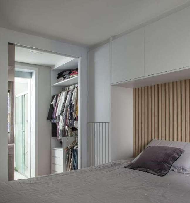 42. Quarto planejado com cabeceira ripada para cama e guarda roupa branco – Foto Bruno Moraes Arquitetura e Interiores