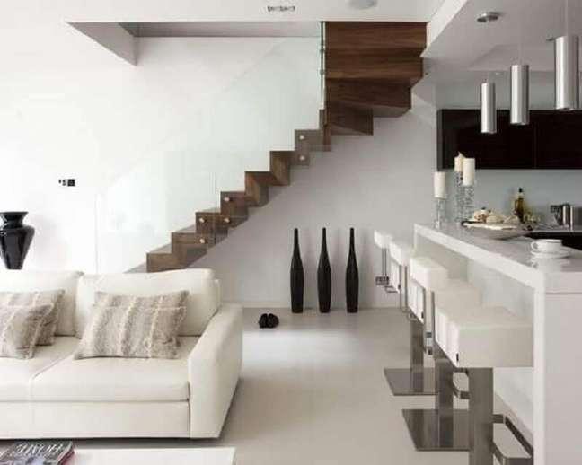 6. O corrimão de vidro para a escada de madeira para sala é garantia de leveza e modernidade. Fonte: Planete Femmes