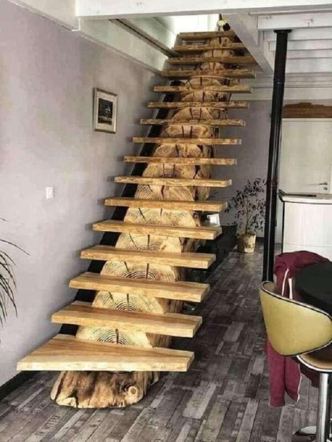 61. A escada de madeira se tornou protagonista na decoração. Fonte: Aimable Mabeka