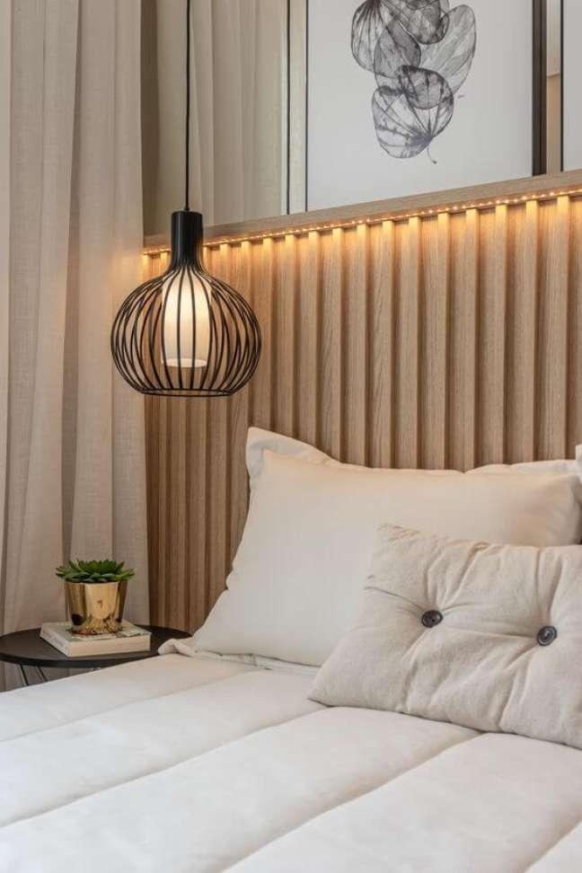 46. Cabeceira de madeira ripada com iluminação de led e decoração de quadros – Foto Studio HA
