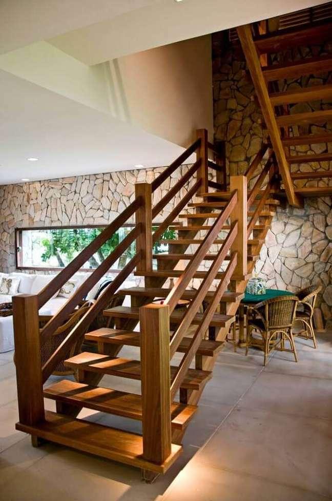 44. Decoração rústica com escada de madeira simples. Fonte: Homify
