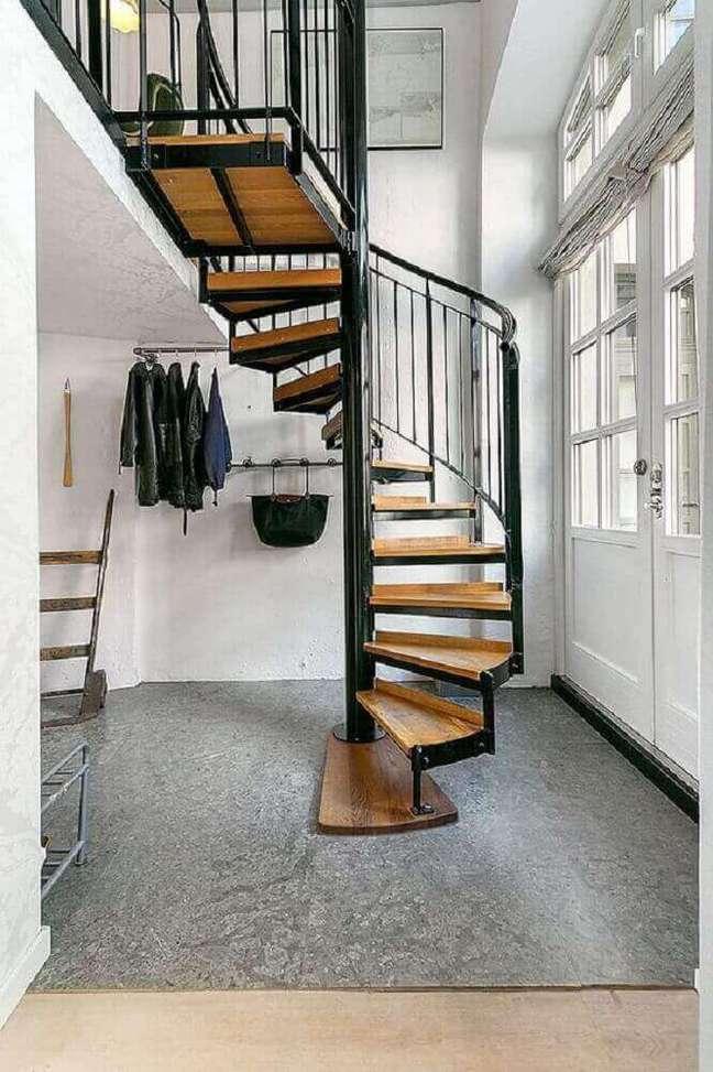 21. Escada caracol de madeira com estrutura de ferro. Fonte: Studio InDesign