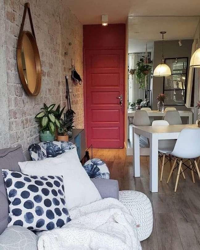 18. Decoração de sala de estar rústica pequena integrada com sala de jantar – Foto: Wiola