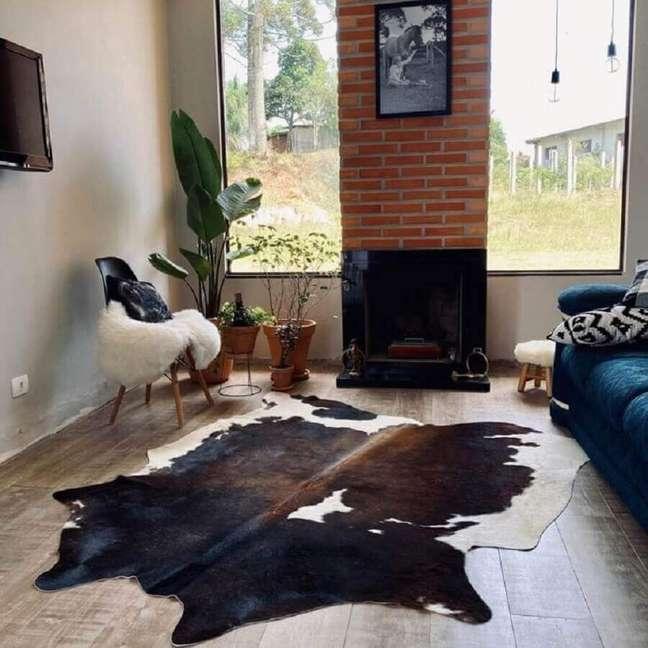 58. Tapete de couro para decoração de sala rústica simples – Foto: Bia Claudino