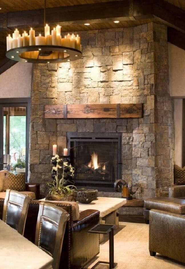 45. Revestimento de pedra para decoração de sala rústica com lareira – Foto: Home Fashion Trend