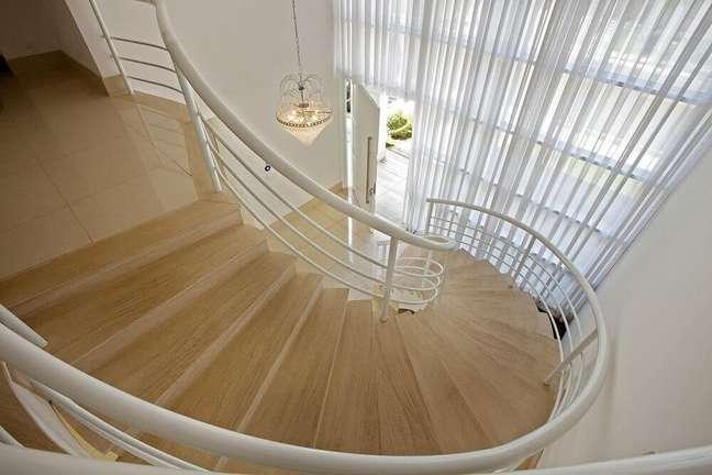 13. Corrimão branco para escada caracol de madeira. Fonte: Homify