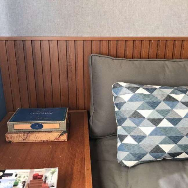 10. Cabeceira ripada de madeira para quarto rustico – Foto Karina Trigo