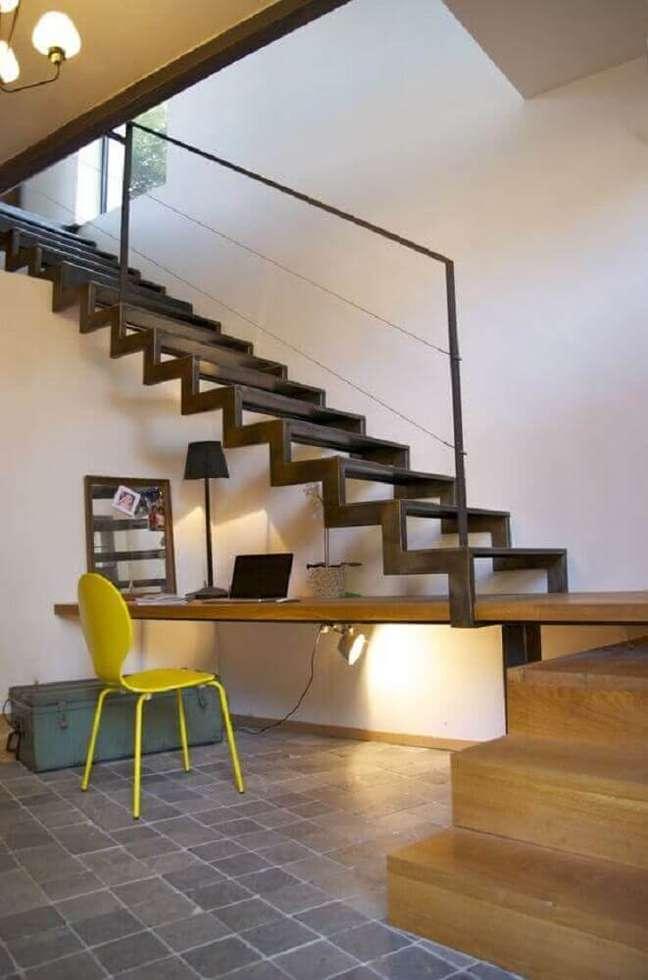 38. Escada simples com estrutura de madeira. Fonte: Deavita