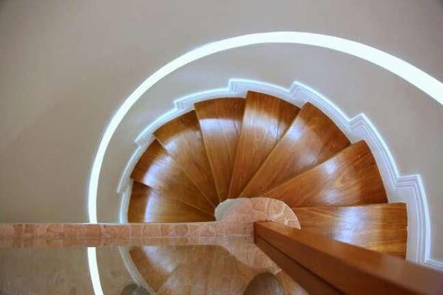 76. Escada de madeira em formato caracol. Fonte: MeyerCortez Arquitetura & Design