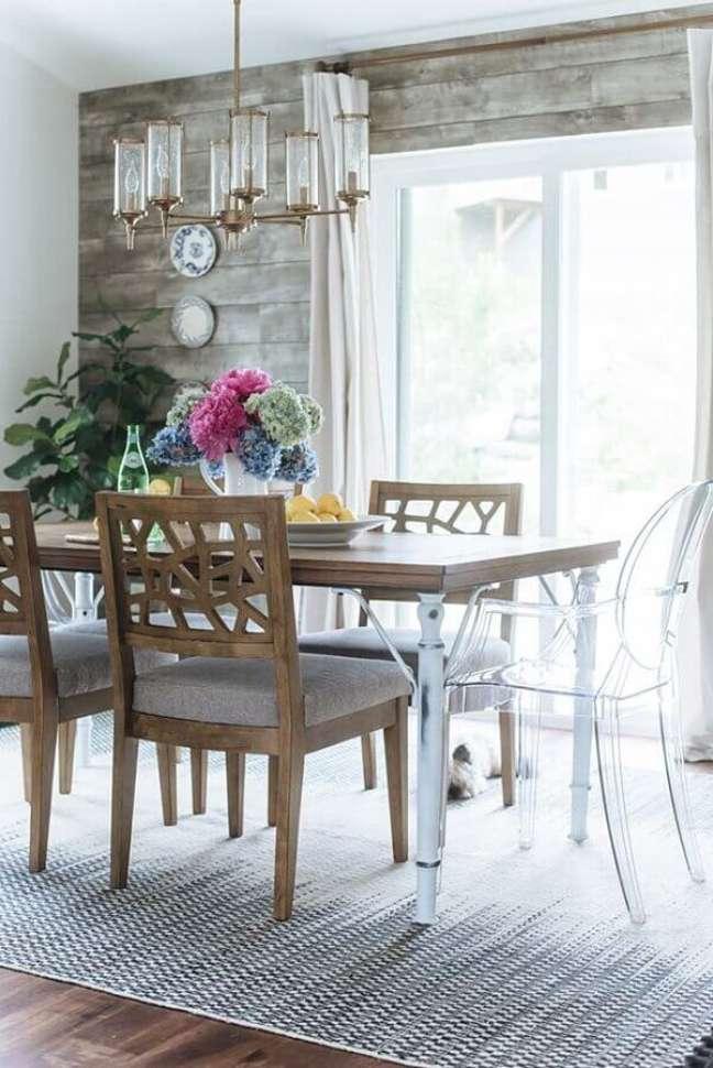 14. Cadeira transparente para decoração de sala de jantar rústica com revestimento de madeira – Foto: Home Fashion Trend