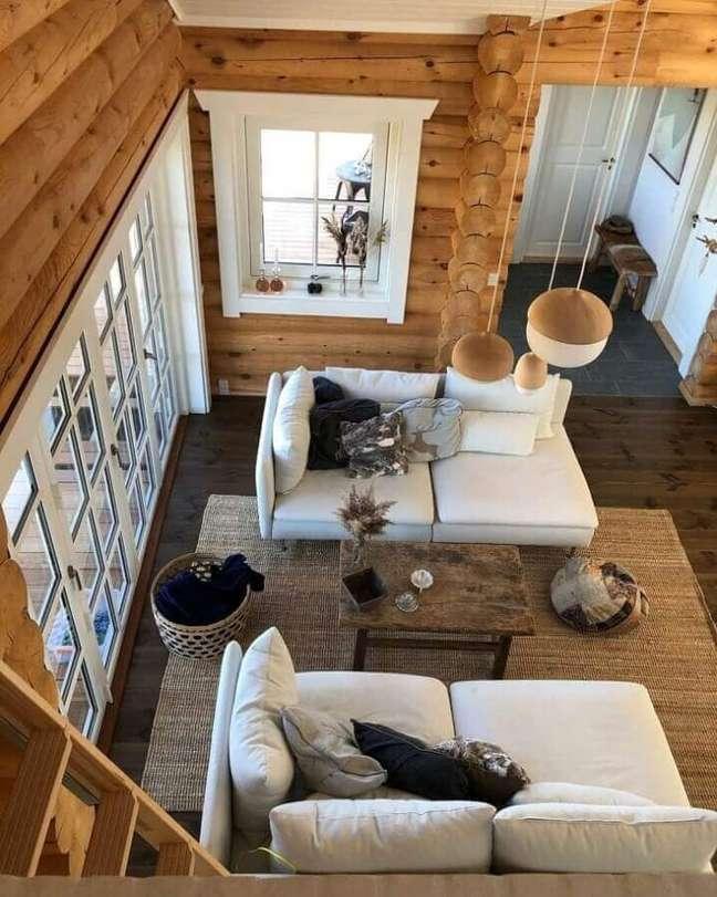 60. Tapete sisal para sala rústica decorada com paredes de madeira e sofá branco – Foto: Jeanett Vincent Degn