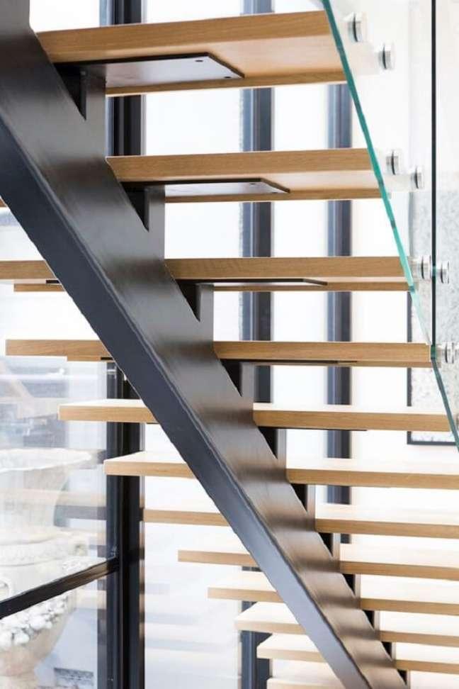 79. Escada flutuante com degraus de madeira e guarda corpo de vidro. Fonte: Sastairs