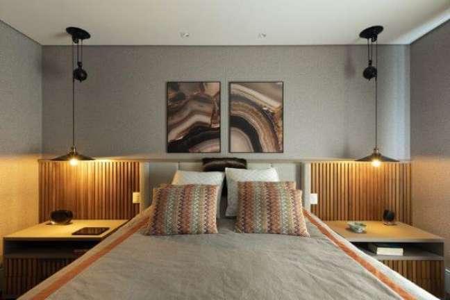 8. Cabeceira ripada de madeira no quarto planejado – Foto Rogerio Galli
