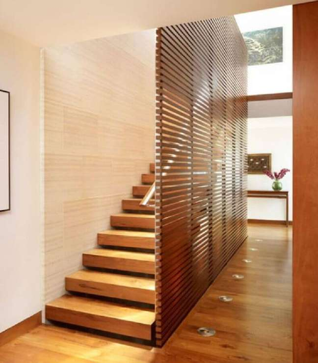 11. Lateral com vigas madeira para escada. Fonte: The Ofy