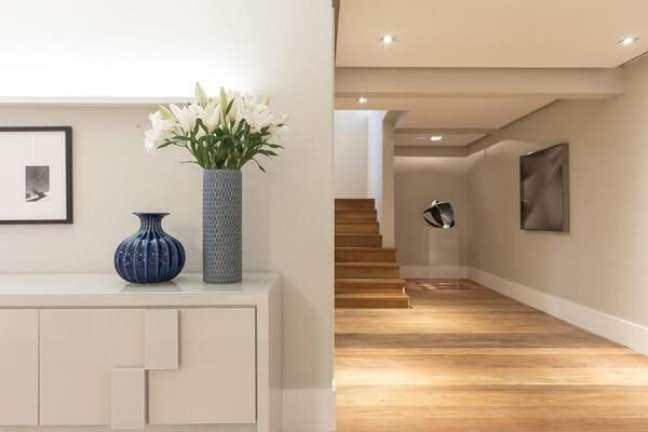81. Existem diferentes modelos de escada de madeira no mercado. Fonte: Marília Veiga Interiores