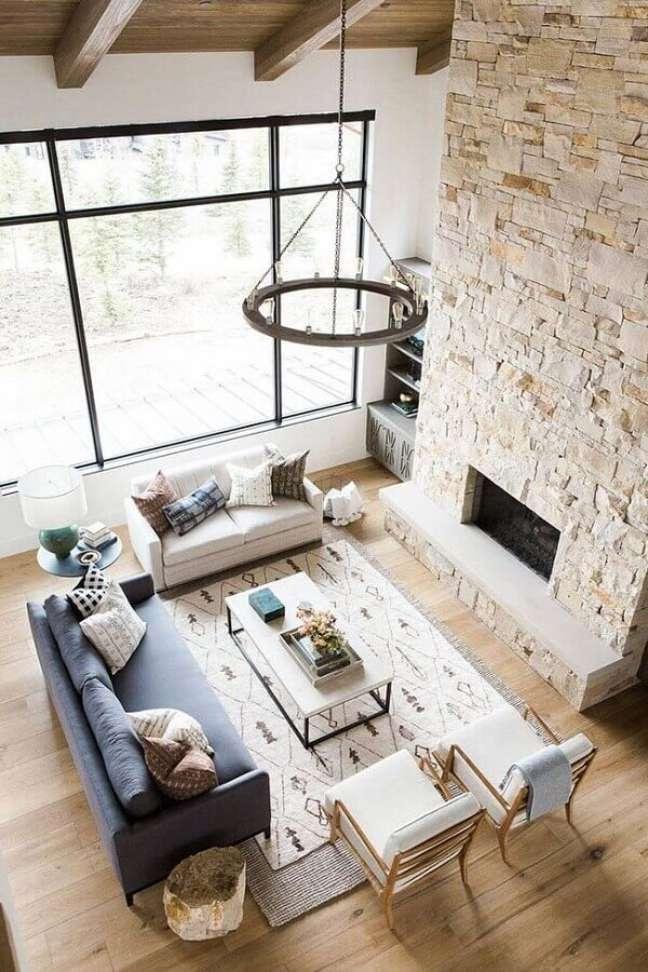 48. Sala de estar rústica decorada com revestimento de pedra – Foto: Studio McGee