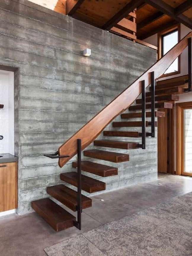 17. Escada de madeira simples com corrimão largo de madeira. Fonte: Houzz