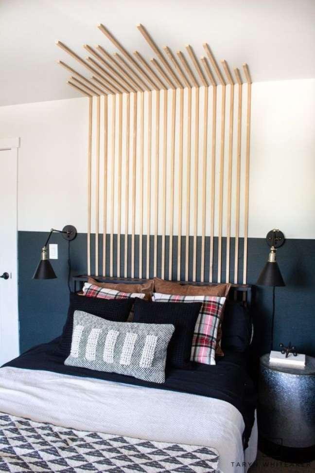 40. Quarto moderno com cabeceira ripada para cama da parede ao teto – Foto Taryn White Teaker